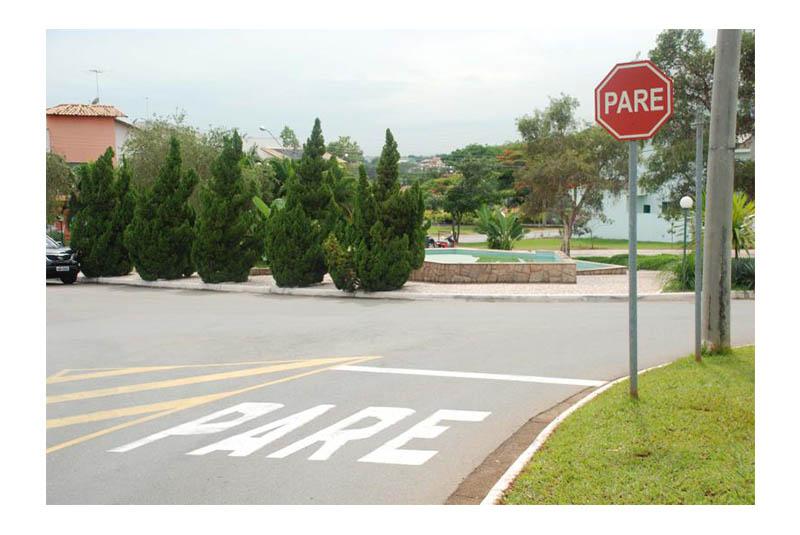 Abraçadeira para placa de sinalização